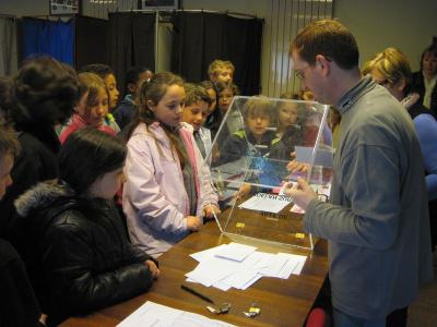 Elections au conseil municipal des jeunes et visite de la mairie cole primaire de kergro s - Assesseur titulaire bureau de vote ...